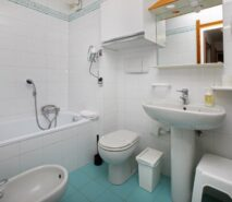 Bathroom view Besson apartment 3 central Sauze d'Oulx apartment holiday accommodation ski