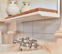 modern bathroom, chalet style apartment accommodation, ski sauze d'oulx
