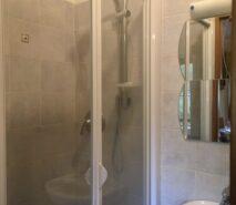 Shower en-suite in apartment Biancaneve, Sauze d'Oulx ski holiday apartment